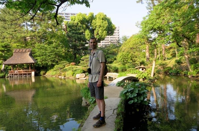 En uno de los pequeños puentes del Jardín Shukkeien que ver en Hiroshima