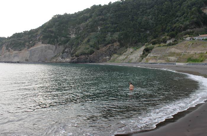 El único chapuzón del viaje, en la playa de Ribeira Quente viajar a las Azores por libre