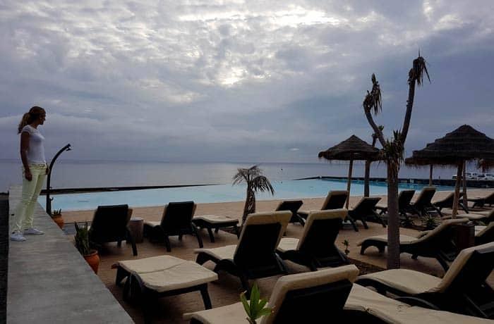 Terraza y piscina de Pedras do Mar Resort & Spa viajar a las Azores por libre