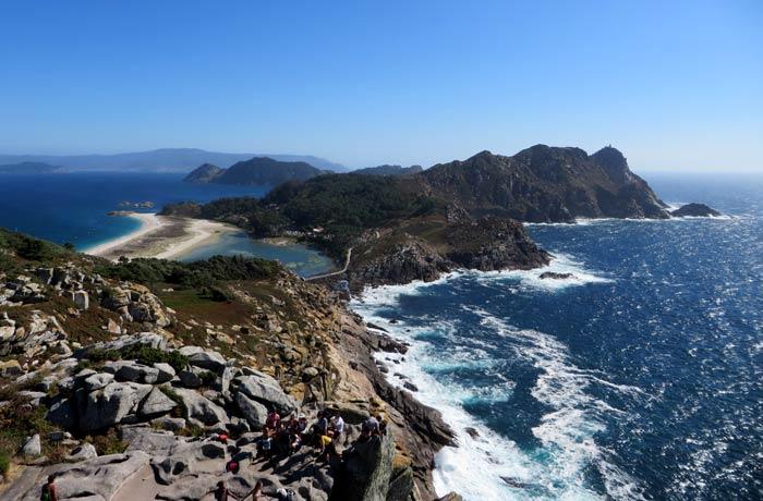 Vistas desde el Alto do Príncipe con la Silla de la Reina justo abajo que hacer en las Islas Cíes