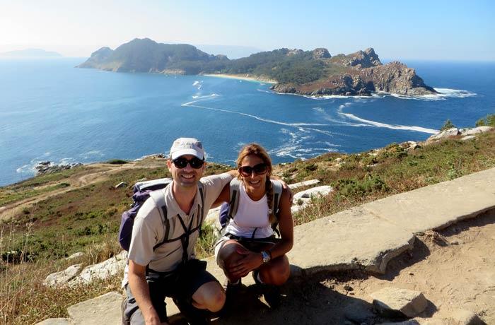 La isla de San Martiño detrás de nosotros durante la subida al faro de Cíes que hacer en las Islas Cíes