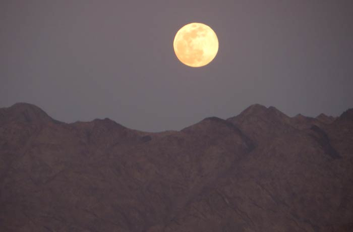 Luna sobre las montañas jordanas qué hacer en Eilat