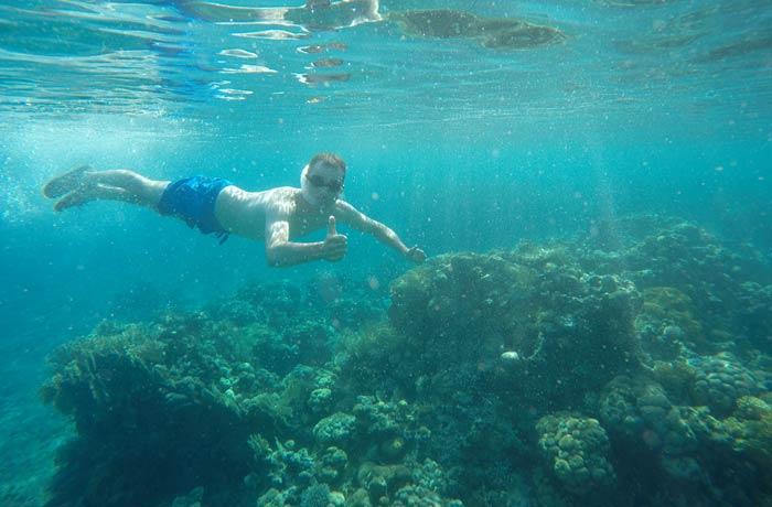 Pablo haciendo esnórquel en el mar Rojo qué hacer en Eilat