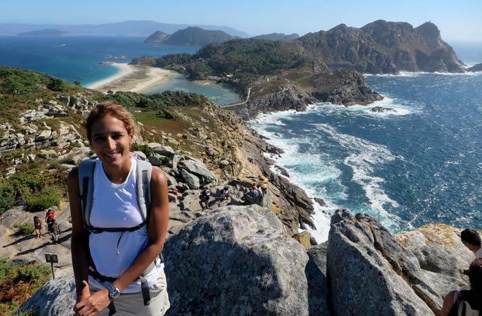 Estefanía con la panorámica desde el Alto do Príncipe que hacer en las Islas Cíes