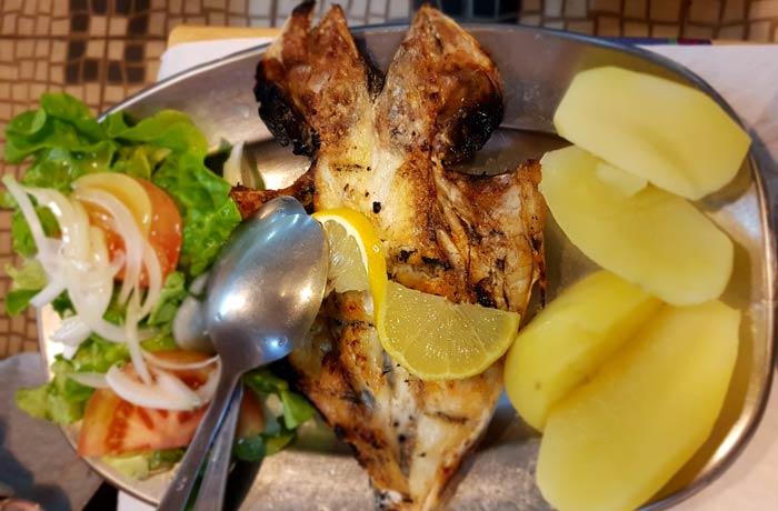 Dorada a la brasa comer en Nazaré