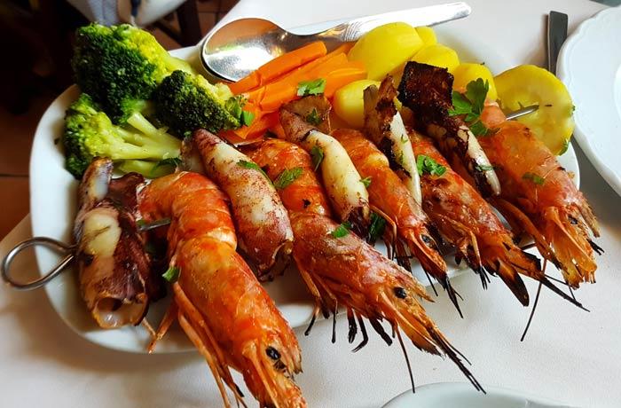 Espetada de chipirones y langostinos del restaurante Stella Maris comer en Figueira da Foz