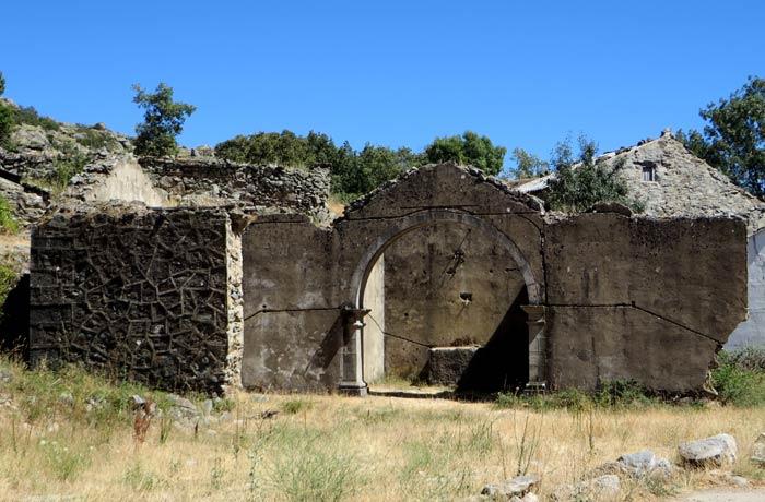 Restos de la iglesia de Ribadelago Viejo Lago de Sanabria