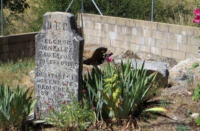 Una de las lápidas que se pueden ver en Ribadelago Viejo Lago de Sanabria