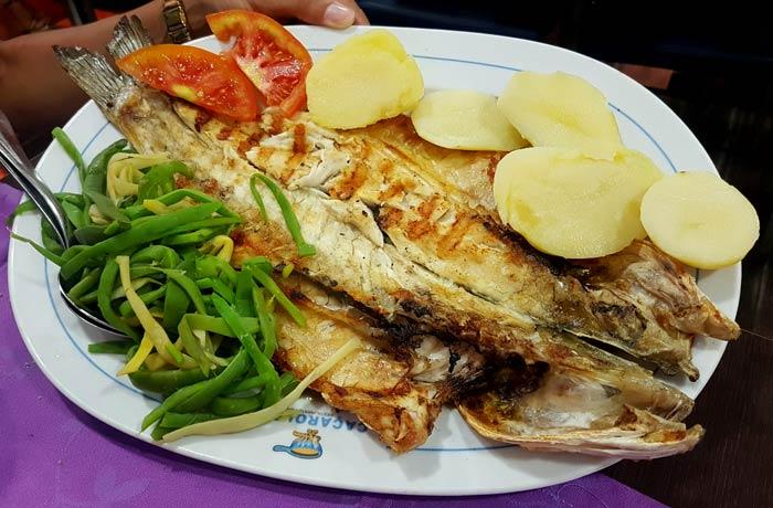 Lubina de 900 gramos del restaurante Caçarola 1 comer en Figueira da Foz