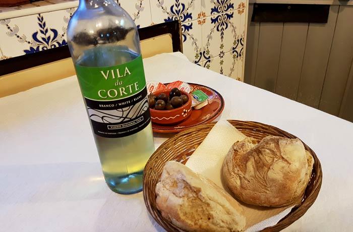 Vino, pan y aceitunas comer en Nazaré