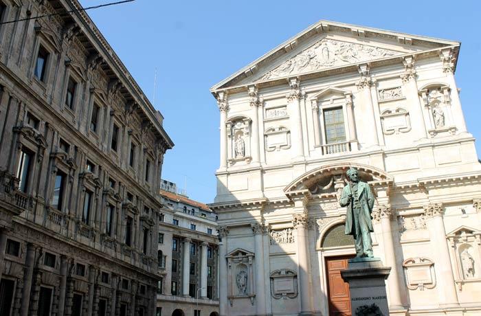 Plaza de San Fedele y monumento dedicado al poeta y escritor Alessandro Manzoni qué ver en Milán