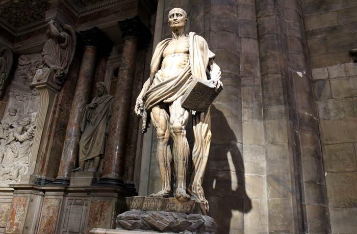Impresionante escultura de San Bartolomé en el Duomo obra de Marco da Agrate qué ver en Milán