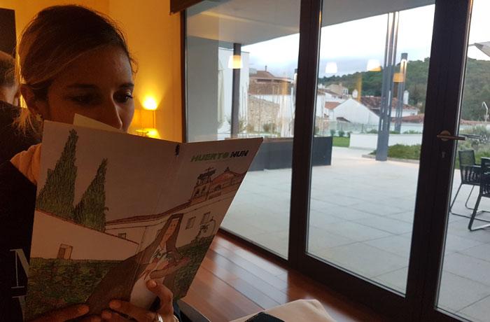 Estefanía, leyendo la carta del restaurante Huerto Nun comer en Aracena
