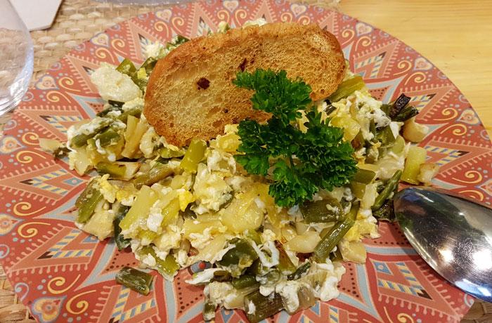 Revuelto con bacalao trigueros de Russes Gastrobar comer en Aracena