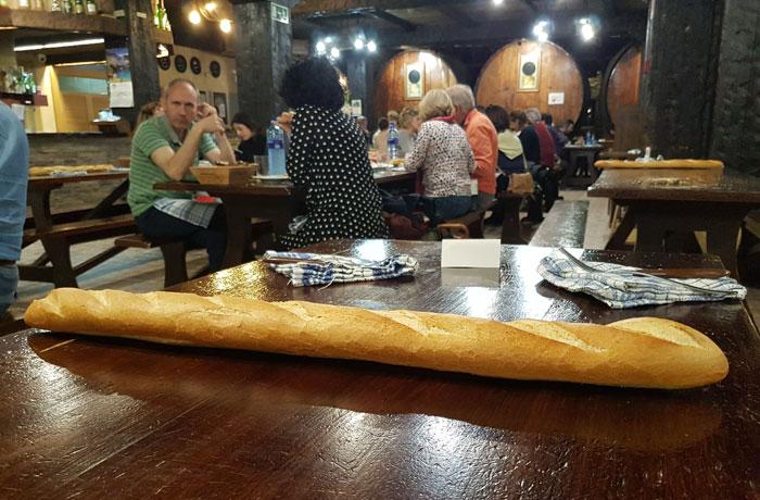 Barra de pan en la mesa de la sidrería Petritegi sidrerías en Astigarraga