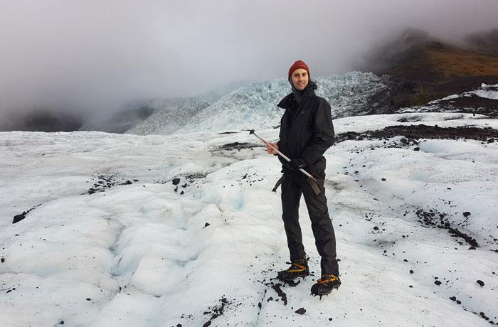 Pablo con su piolet sobre el glaciar