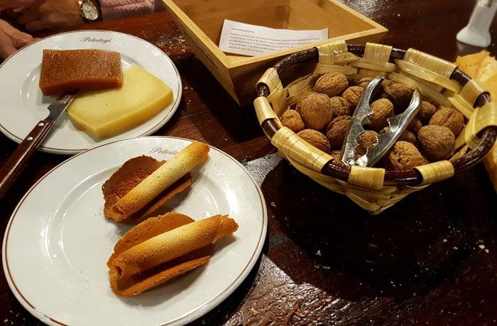 Tejas, nueces y queso con membrillo sidrerías en Astigarraga