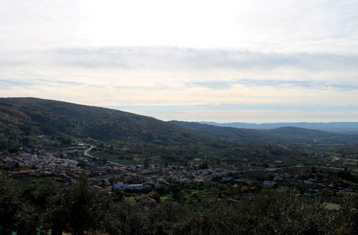 Vista de San Martín de Trevejo desde el tramo final del sendero