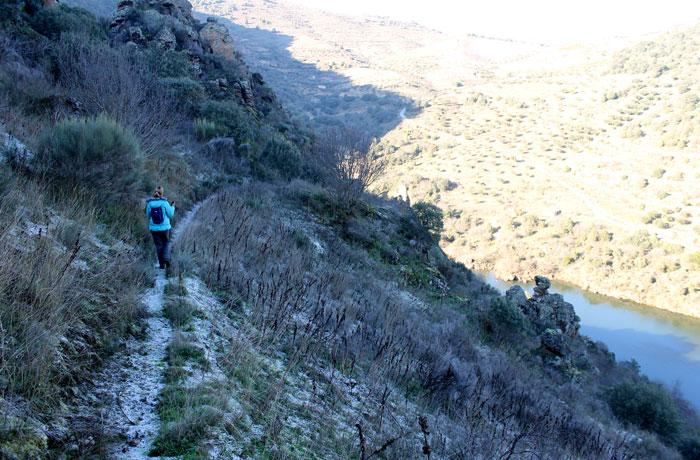 Estefanía caminando por el sendero de ida junto al río Duero
