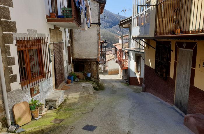 Una de las estrechas calles de la localidad