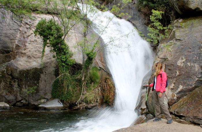 Estefanía, ante la quinta de las cascadas de Las Nogaledas