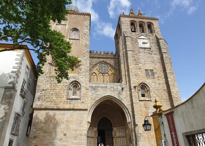 Fachada de la catedral de Évora