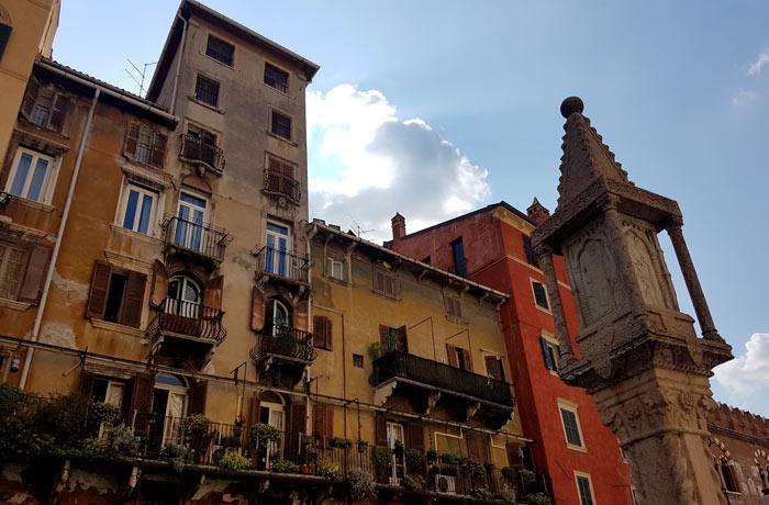 Edificio pintoresco de la piazza delle Erbe
