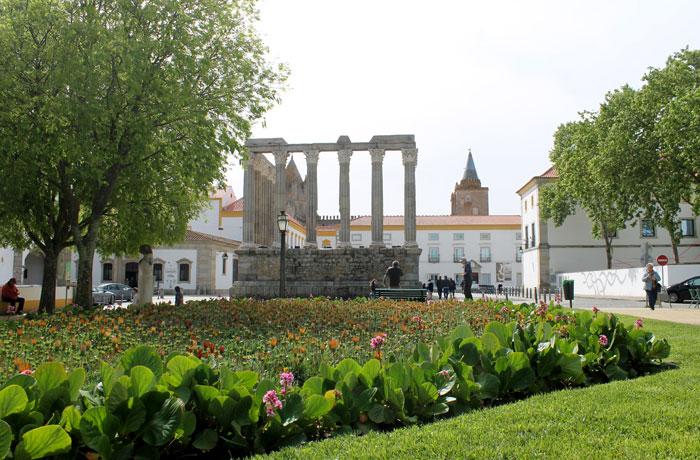 Jardines de Diana con la vista del templo y la catedral qué ver en Évora