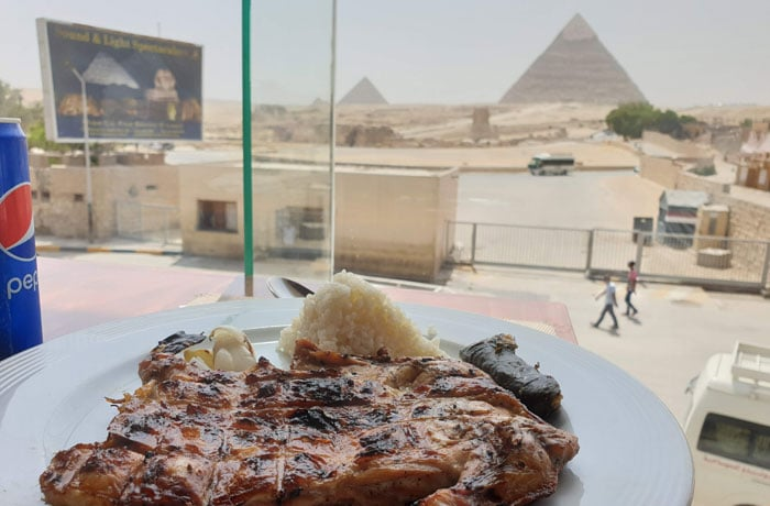 Comida con vistas a las pirámides de Giza