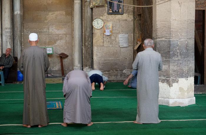 Hora del rezo en una mezquita de El Cairo