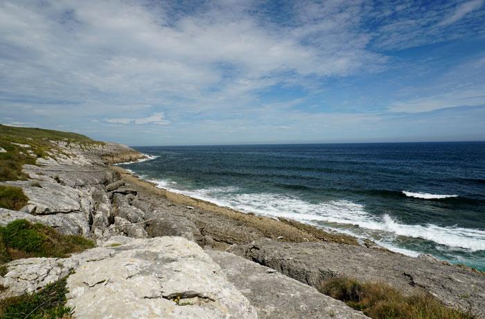 Vista del bajo de la Regatona acantilados de San Vicente de la Barquera