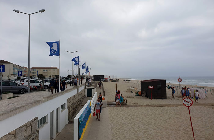 Banderas azules a lo largo del paseo marítimo de playa de Mira