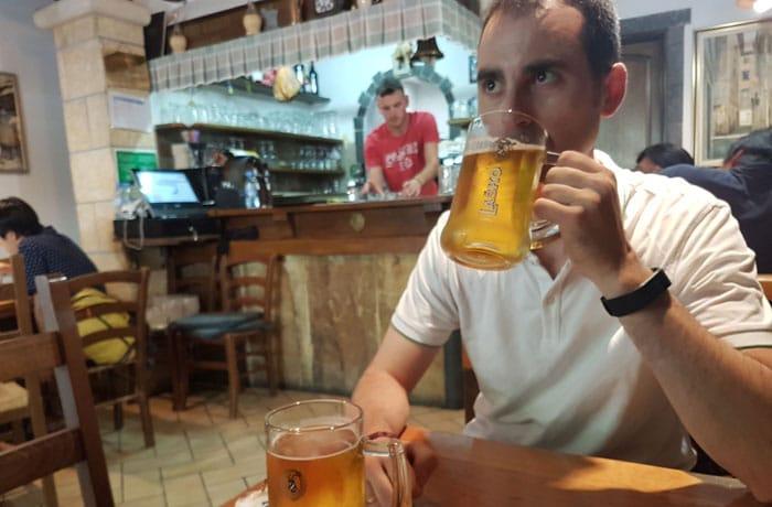 Tomando una cerveza en la cantina Klet de Piran