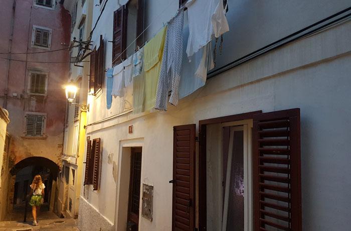 Ropa tendida en una callejuela de Piran