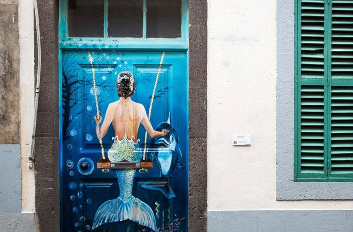 Una de las puertas decoradas en el centro de Funchal que hacer en Madeira