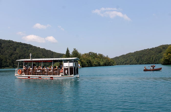 Barco que comunica las dos orillas del lago Kozjak