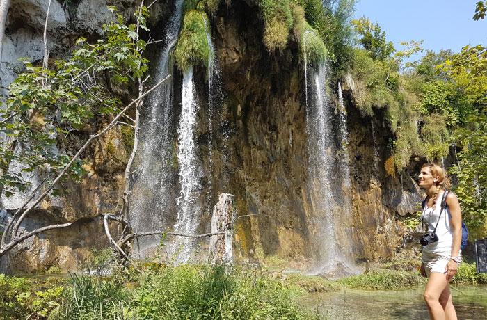 Una de las cascadas que nos regalan los lagos superiores de Plitvice