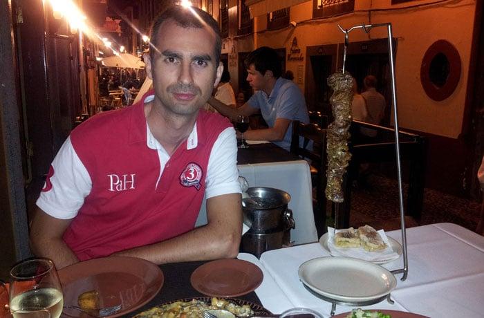 Comiendo una espetada en el centro de Funchal