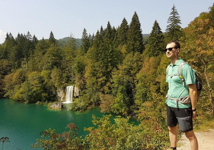 Vista de uno de los lagos superiores con una pequeña cascada