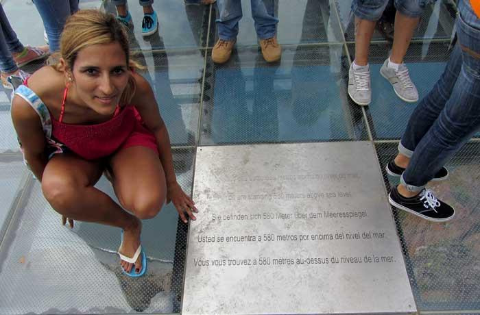 Mirador con suelo de cristal de cabo Girao donde se indica que estás a 580 metros de altura