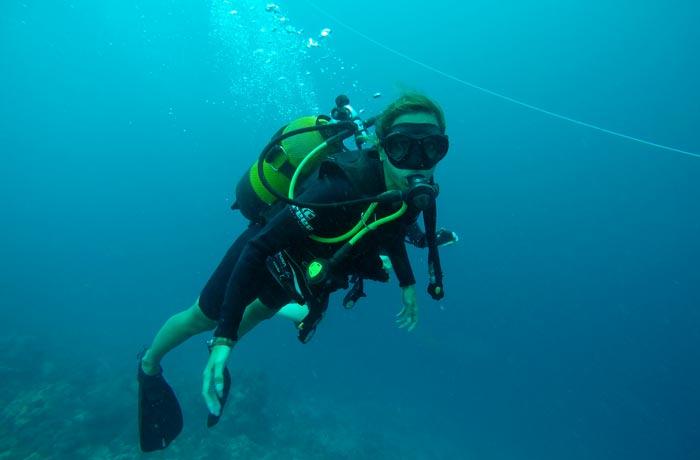 Estefanía, en plena inmersión buceo en Zanzíbar