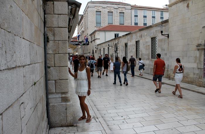 Una de las blancas calles de Zadar