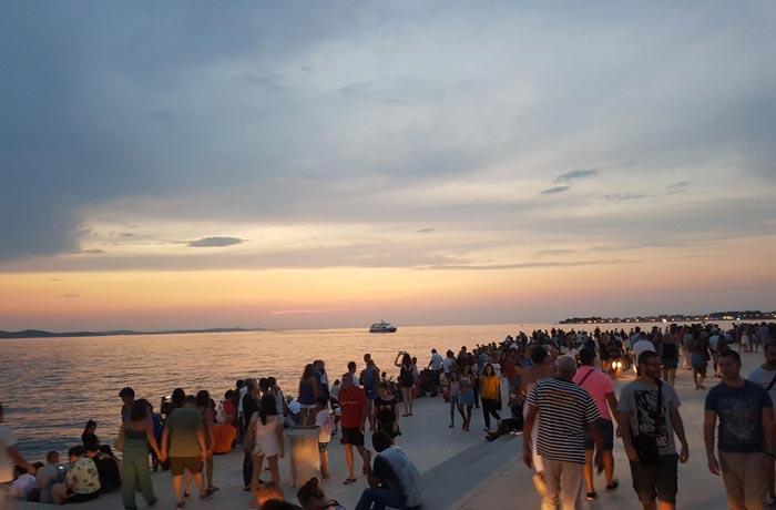 Visitantes en el Órgano del mar qué ver en Zadar
