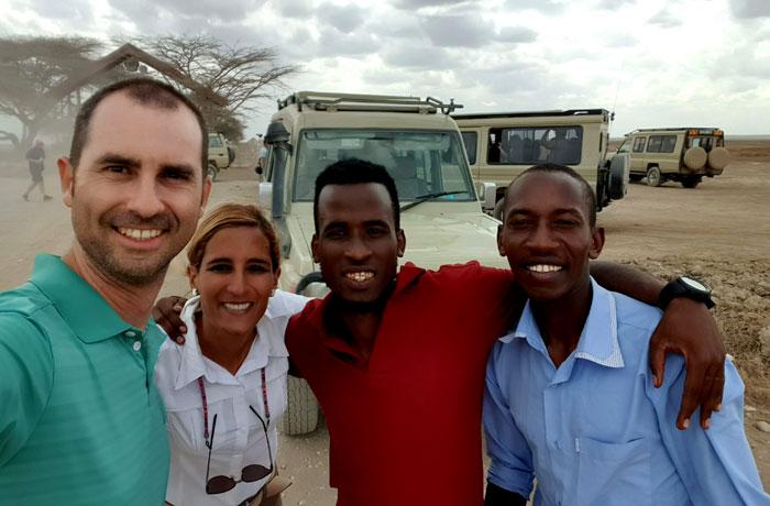 Junto a Joshua y Ernest, nuestro guía y conductor, respectivamente, junto a la entrada al Serengeti