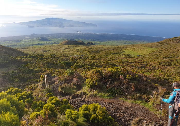 Bajada de la montaña de Pico con la isla de Faial al fondo