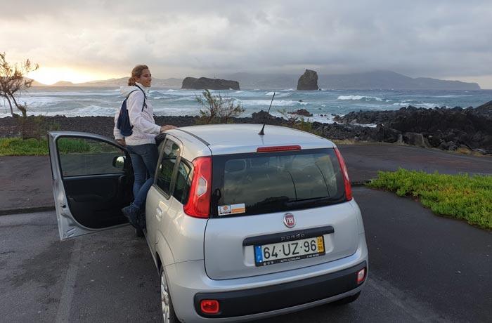 Nuestro coche de Autatlantis con los islotes de Madalena y la isla de Faial al fondo