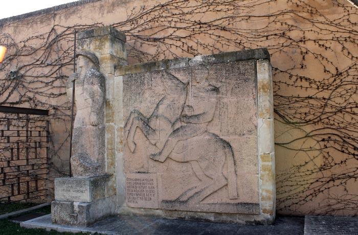 "Mausoleo de Julián Sánchez ""El Charro"" en la plaza de Herrasti"