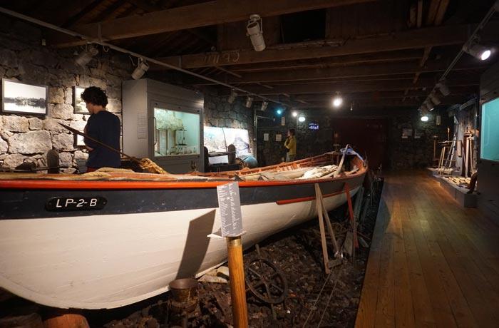Una de las embarcaciones que se exponen en el museo dos Baleeiros de Lajes