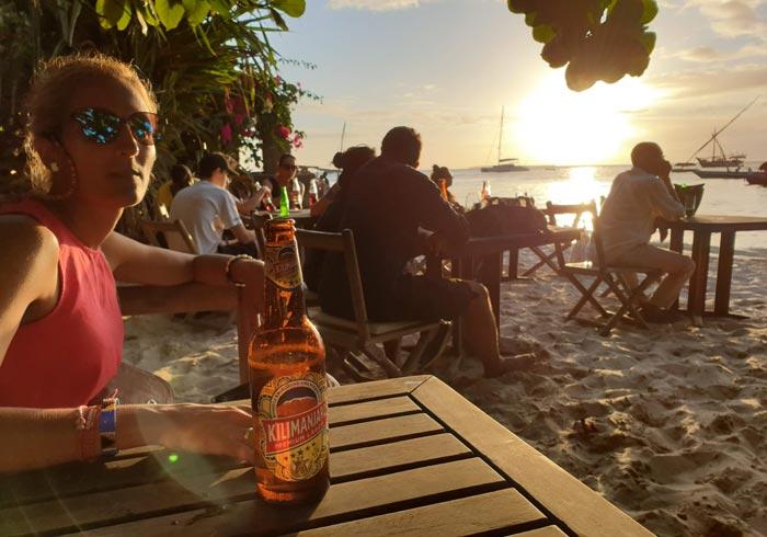Degustando una cerveza Kilimanjaro en el Café Livingstone