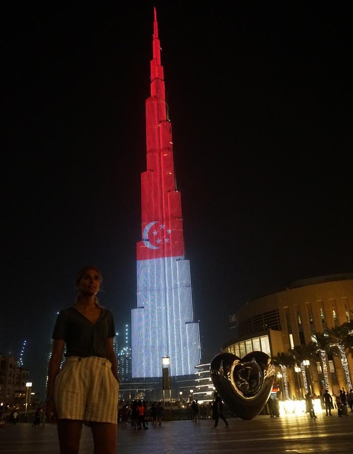 El Burj Khalifa, luciendo en su fachada la bandera de Singapur